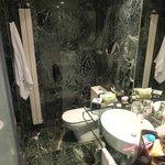 La salle de bain, toute en marbre vert!