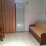 divano e finestra stanza