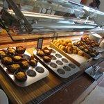 selezione di dolci al buffet della colazione: tavolo 1
