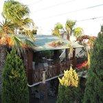 Spiseplads tilhørende poolbaren, set fra altanen