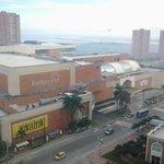 A media cuadra el centro comercial Buena Vista, muy bonito y grande.