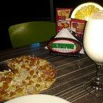 Pizza personal hawaiana pollo y limonada de coco