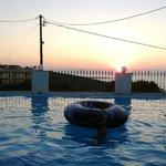 la piscina del terrazzo al tramonto