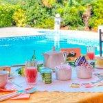La colazione servita a bordo piscina