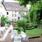 L'hôtel : une partie des bâtiments vue du jardin