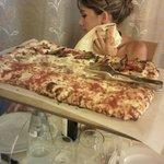 Pizza da un metro di tre gusti diversi