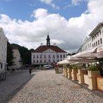 Rathausplatz in Tartu, Hostel rechts (graues Haus)
