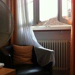 Из окна четвертого этажа лёжа на кровати