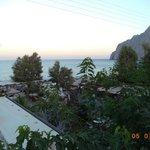 Вид с балкона на море и гору, разделяющую Камари и Периссу (так же месяц не тот)