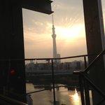 朝日に輝く東京スカイツリー