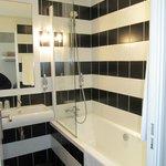 une salle de bain mignone mais très étroite