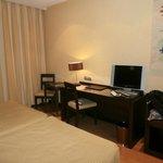 frontal del dormitorio con TV plana