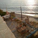 Utsikt över den lilla stranden som passar utmärkt för kvällsdopet