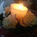roses fraiches et bougie sur la table