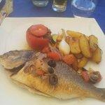 Piatto a base di pesce e verdure