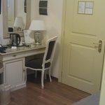 Scrivania e porta d'ingresso alla camera