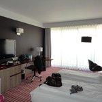 Buro, bed en zithoekje standaardkamer. Grote kamer!