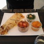 La fajita de poulet au curry mariné au lait de coco (emmental, oignons, tomates) et accompagneme