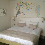 Het bed met de muurschildering