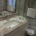 salle de bain avec produits