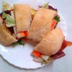 Panino con il pesce (surimi, salmone, olio, radicchio)