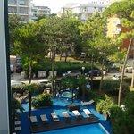 Ecco la piscina vista dal terrazzo della colazione.
