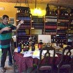 Davide erläutert seinen Wein
