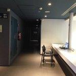 banco con PC davanti l'ascensore