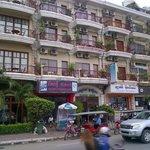 la façade de l'hôtel depuis le quai