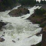 Вода заполнила все русло, водопад во всей красе