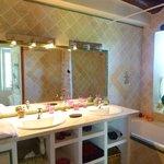 spacieuse salle de bain de la chambre Carmina