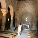 Interior donde se aprecian las tres naves y el altar