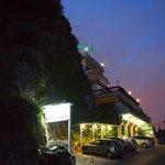 Отель Бристоль прекрасно вписан в скалу