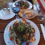 Salade chèvre chaud et salade aux chanterelles