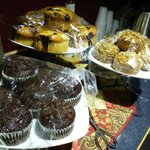 Buffet colazione con muffin fatti in casa, frutta, caffè, uova e yogurt
