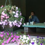portico con tavoli a disposizione degli ospiti