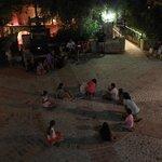 """""""plaza del pueblo"""" donde se hacen juegos para niños por la noche"""