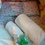 detalle de las toallas y el neceser para bebes