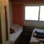 Zimmer inkl. Bad 12m2 wobei Waschgelegenheit nicht im Bad sondern im Zimmer.