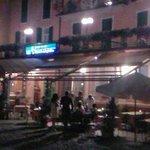 à minuit sur le bord du lac,vue sur l'hôtel