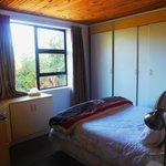 Africa Loft, eines der Doppelbetten mit Blick aus dem Fenster