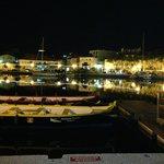 Hafenkulisse vor dem Restaurant bei Nacht (nach dem Essen)