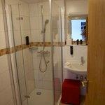 Salle de bain. Coin WC sur la gauche
