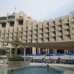 Hotel vom Pool aus gesehen