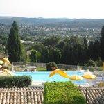 La piscine offre une vue splendide sur la région de Saint-Paul de Vence.