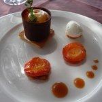 dessert; oreillons d'abricots rotis et sa glace