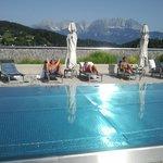 Pool am Dach mit Aussicht auf den Wilden Kaiser