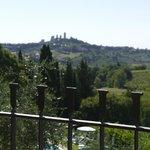 de la terrasse, la piscine et San Gimignano