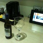 Vin blanc frais offert à l'arrivée, et nécessaire à thé/café dans la chambre
