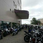 Entrada do hotel tomada por motos para o MotoChico.